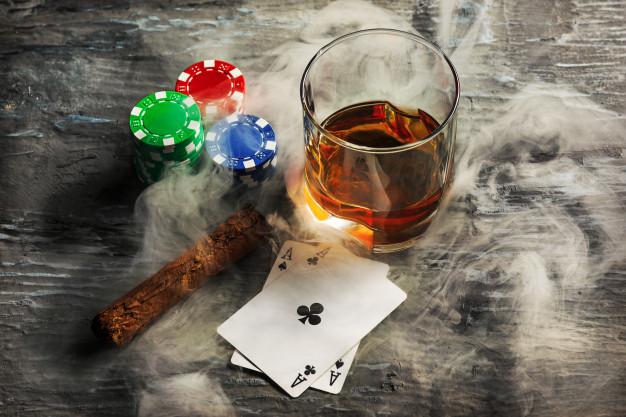 การเล่นคาสิโนออนไลน์-ควันและแก้วเหล้า